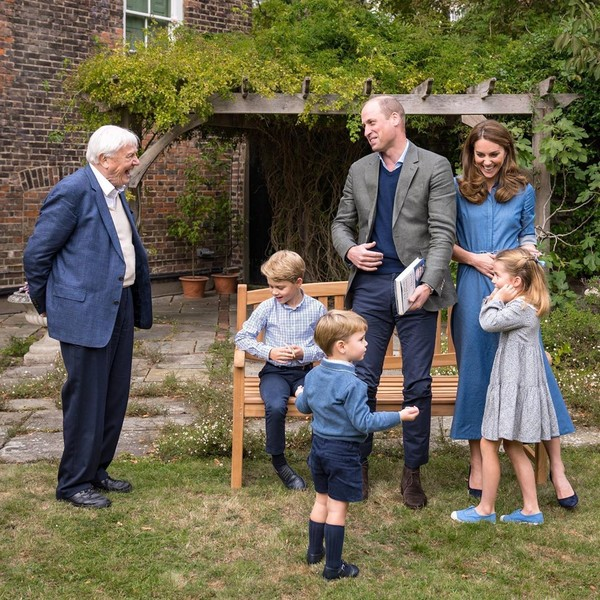 Фото №2 - Повзрослевший Джордж и непоседа Шарлотта: Кембриджи опубликовали новое фото детей