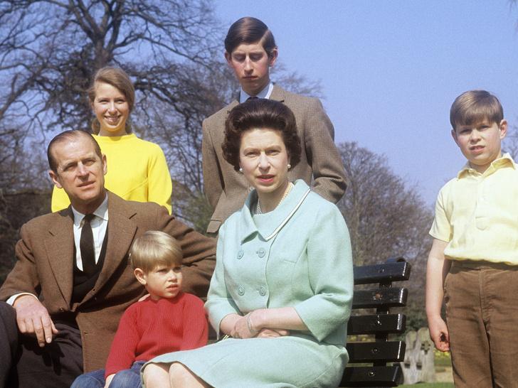 Фото №1 - Кого Королева считает своим самым «трудным» ребенком (спойлер— это не Чарльз и не Эндрю)