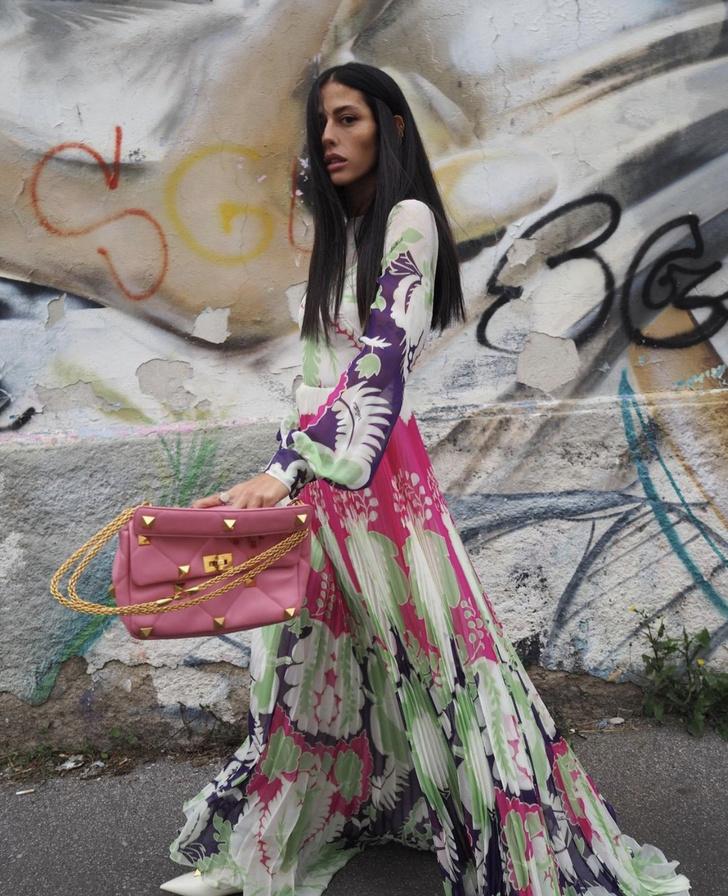 Фото №1 - Плиссированные цветы и самая красивая розовая сумка: итальянка Джильда Амбросио раскрашивает зиму