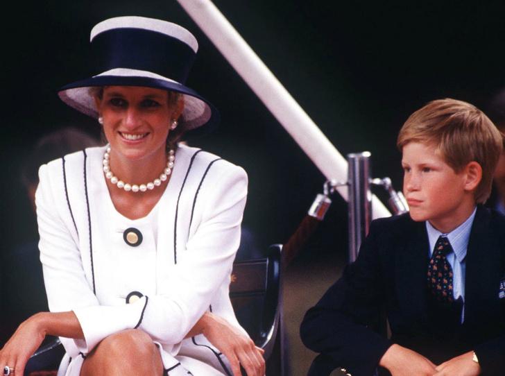 Фото №1 - Чужой во дворце: почему семья Дианы всегда была ближе Гарри, чем Виндзоры