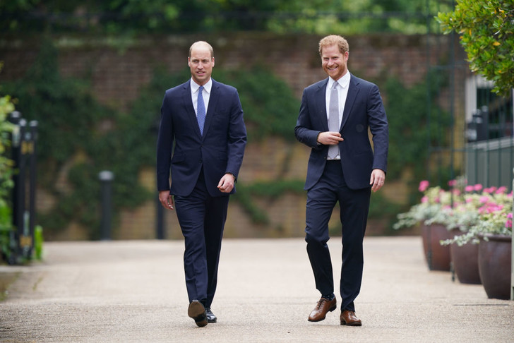 Фото №1 - Мама была бы рада: принцы Уильям и Гарри тепло встретились на открытии памятника принцессе Диане