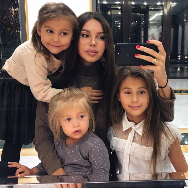 Фото №1 - «Пришлось помучиться»: Самойлова и Джиган выбрали имя ребенку