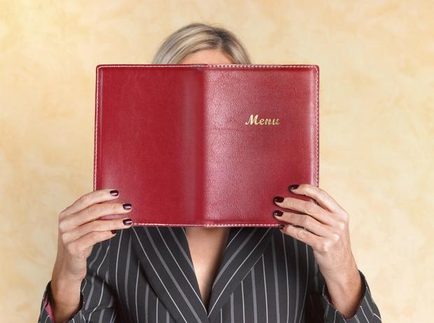 Фото №1 - Уловки в ресторанном меню, из-за которых вы переплачиваете и переедаете (и как на них не попасться)