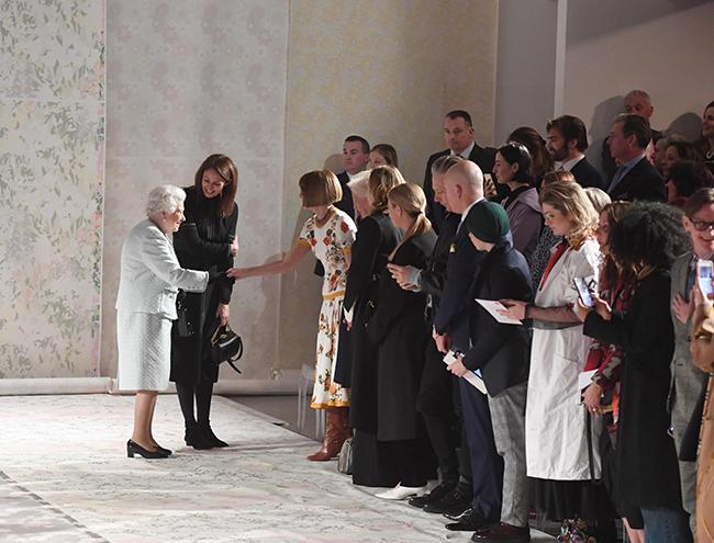 Фото №2 - Впервые в жизни: Королева Елизавета II посетила модный показ