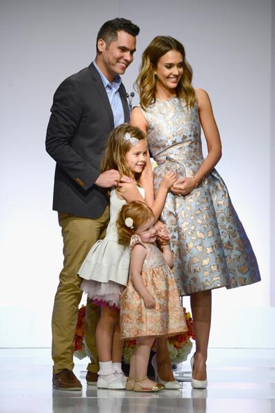 Джессика Альба с мужем Кэшем Уорреном и детьми