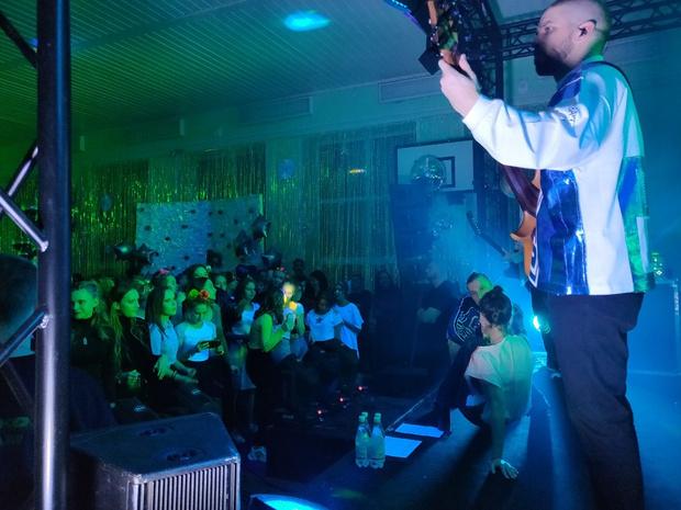 Фото №2 - Лена Темникова приехала на школьную дискотеку в Тульской области