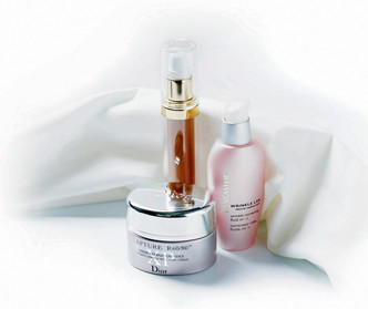 обещает мгновенное разглаживание морщин и «реконструкцию» кожи крем Capture R60/80 XP, Dior; стимулирует фибробласты, уменьшая глубину морщин, – сыворотка от морщин Sisleya, Sisley; разглаживает и визуально уменьшает морщины – корректирующая эмульсия Wrinkle Lab, Lancaster.