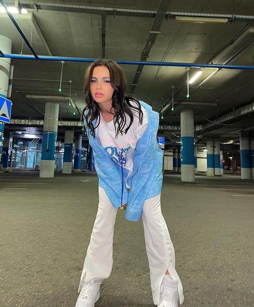 Фото №2 - В стиле 90-х: Валя Карнавал показала модный яркий макияж в голубых оттенках
