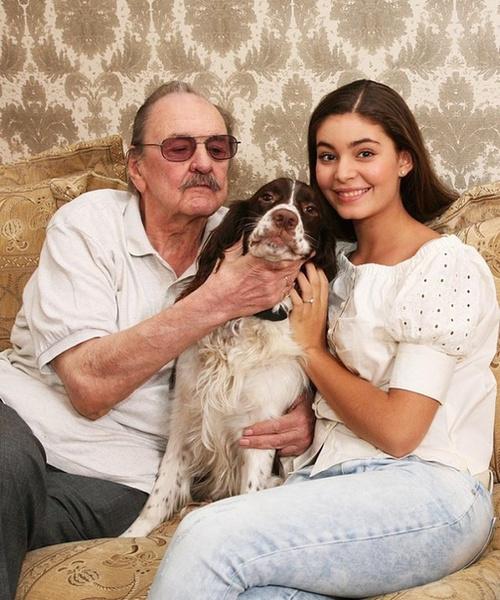 Фото №1 - Внучка Юрия Яковлева вышла замуж за актера на 10 лет старше нее