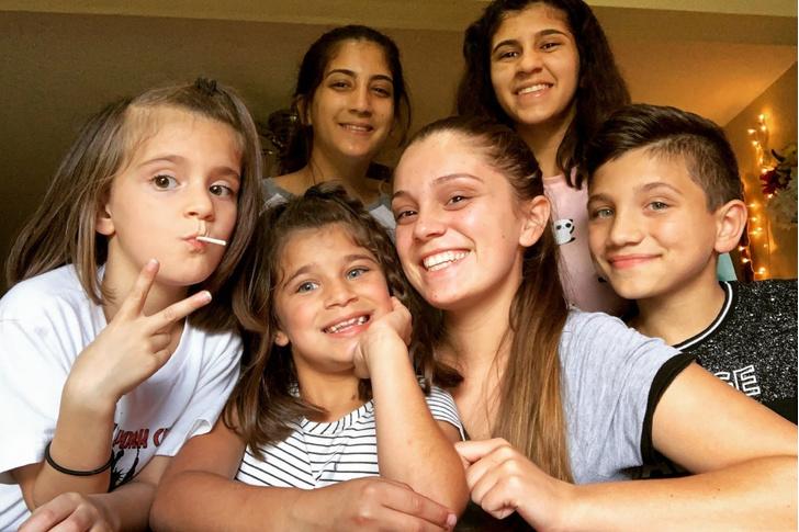 Фото №1 - 17-летняя девушка в одиночку вырастила пятерых братьев и сестер