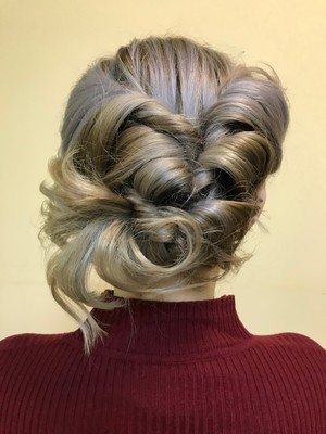 Фото №1 - Как заплести праздничную косу: пошаговая инструкция