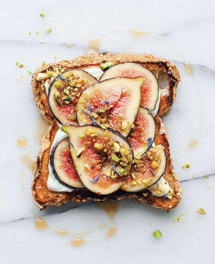 Фото №8 - Фуд-тренд: самые красивые тосты инстаграма— с арахисовой пастой и кленовым сиропом
