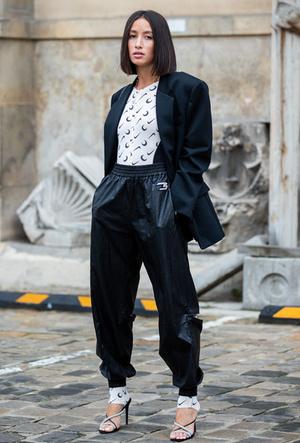 Фото №9 - Как носить спортивные брюки-джоггеры: 6 неожиданных сочетаний