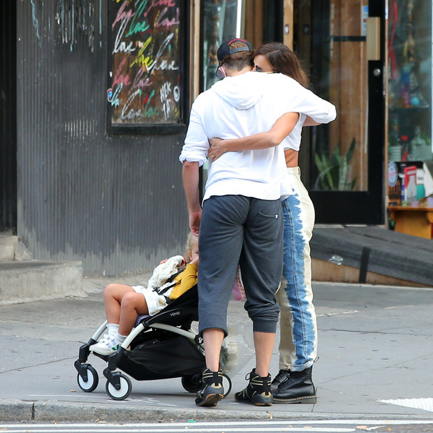 Фото №2 - Пригрел на груди: Брэдли Купер и Ирина Шейк крепко обнимаются на прогулке с дочерью Леа