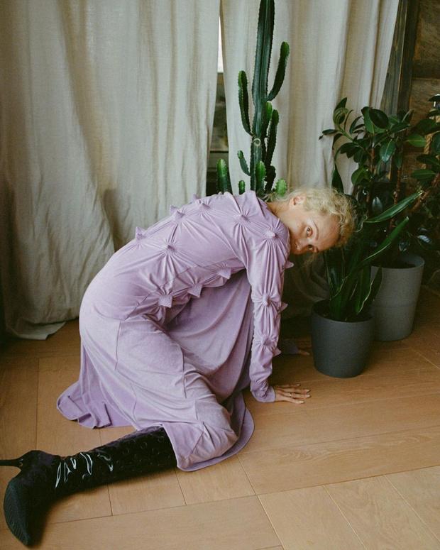 Фото №1 - Ольга Карпуть показывает, как носить платье пастельного цвета зимой