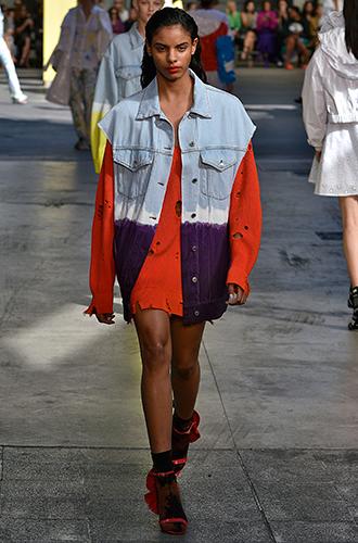 Фото №17 - Стразы, ботфорты и колготки в сеточку: как в моду входит все то, что раньше считалось безвкусицей