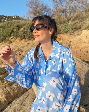 Фото №2 - Француженка Жюли Феррери в голубом костюме с цветами, который не вредит планете