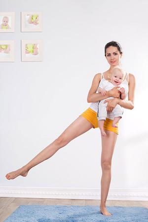 Фото №4 - Упражнения для восстановления формы после родов с малышом в руках