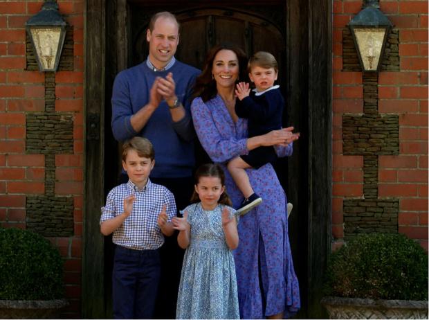 Фото №2 - На кого все больше становится похожа принцесса Шарлотта (это вовсе не Елизавета II)