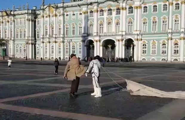 Фото №1 - Солист Rammstein дерется с космонавтом под «Калинку» на Дворцовой площади в Питере (видео)