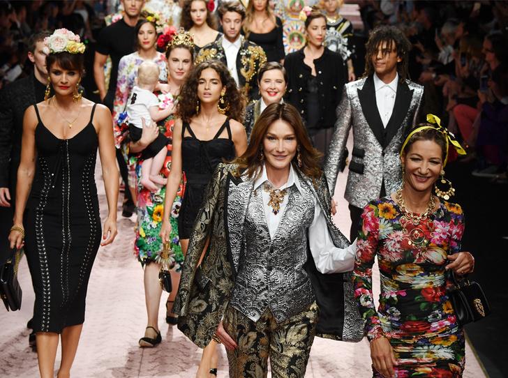 Фото №1 - Карла Бруни, Моника Беллуччи и другие звезды в показе Dolce & Gabbana SS 2019