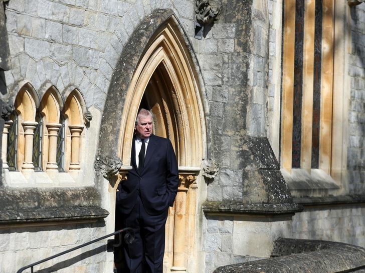 Фото №3 - Еще одна проблема принца Эндрю: почему сын Королевы срочно распродает свою недвижимость