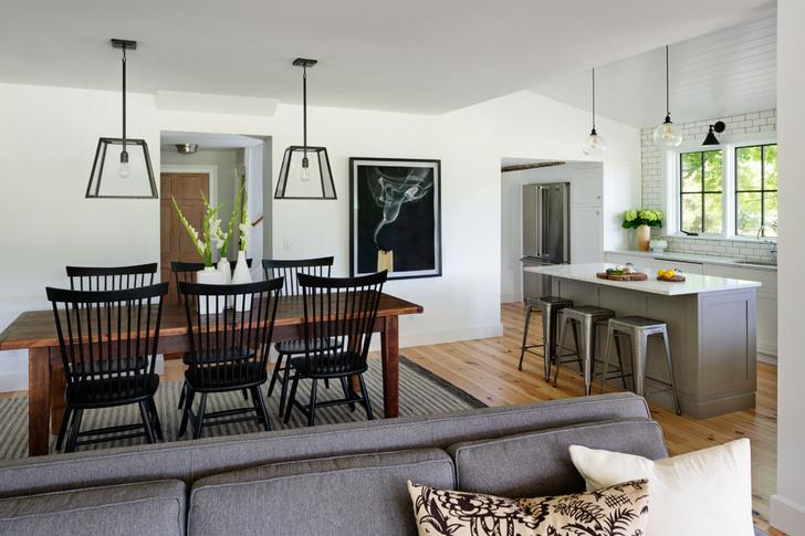 Площадь новой пристройки 110 кв. м. При этом общая площадь дома 300 кв. м, не включая террасу.
