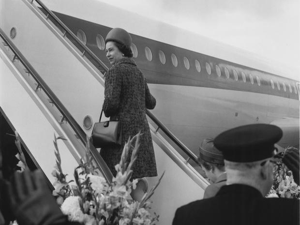 Фото №5 - От банкетов до бумаги: когда и куда Королева тратит свое состояние
