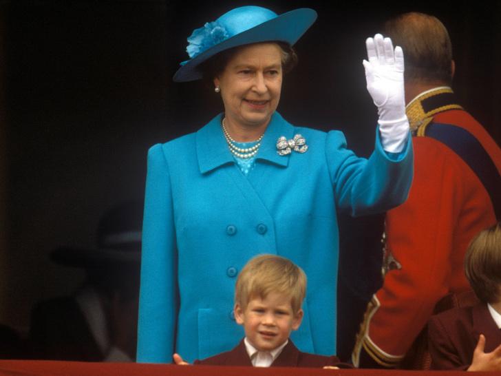 Фото №2 - От самого любимого внука до «врага семьи»: как менялись отношения принца Гарри и Королевы