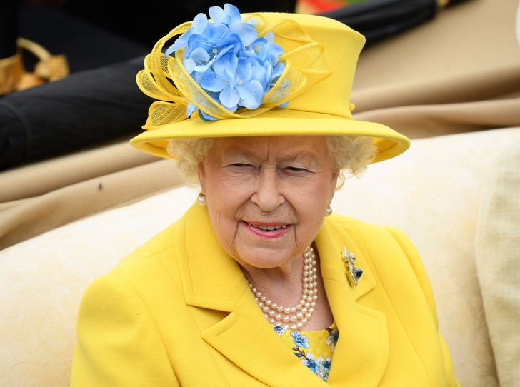 Фото №1 - Делайте ставки, господа: шляпки Королевы на Royal Ascot