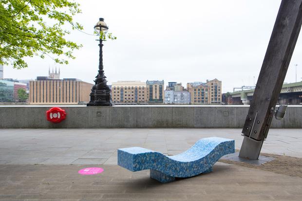 Фото №5 - Дизайнерские скамейки украсили улицы Лондона