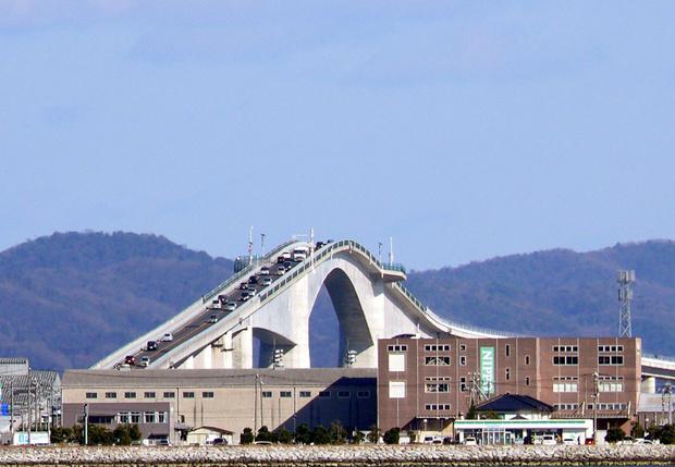 Фото №1 - Оптическая иллюзия: автомобильный мост, который кажется вертикальным (фото и видео)