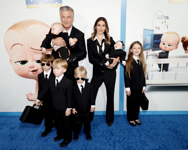 Фото №2 - Кто здесь босс? Алек Болдуин с женой и шестью детьми в деловых костюмах на премьере фильма «Босс-молокосос 2»