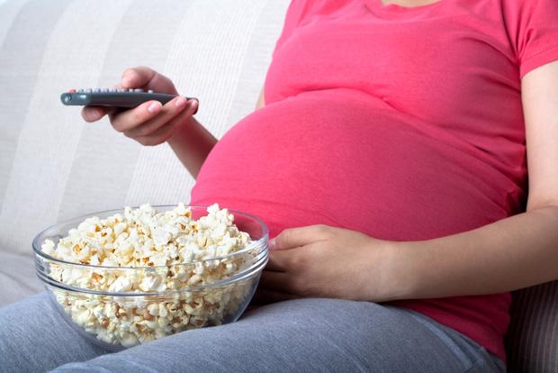 Фото №1 - Перекус будущей мамы перед телевизором грозит малышу лишним весом