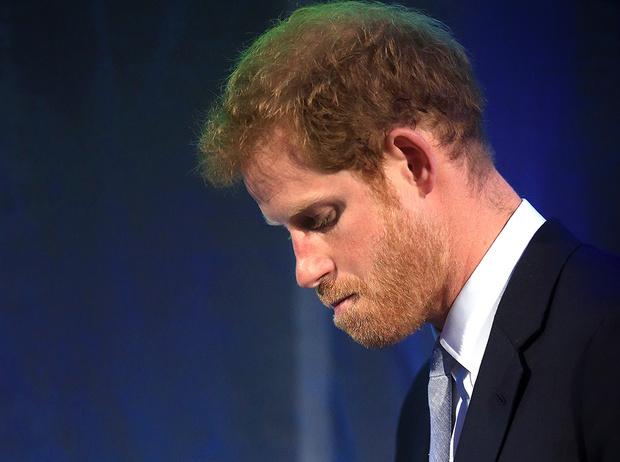 Фото №1 - Хватит ныть, идите работать: как принц Гарри и другие члены королевской семьи разочаровывают британцев