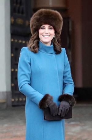 Фото №12 - От Королевы до герцогини Кейт: как королевские особы носят мех