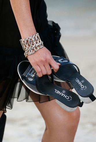 Фото №10 - Босиком по песку: грандиозное шоу Chanel SS 2019 на пляже