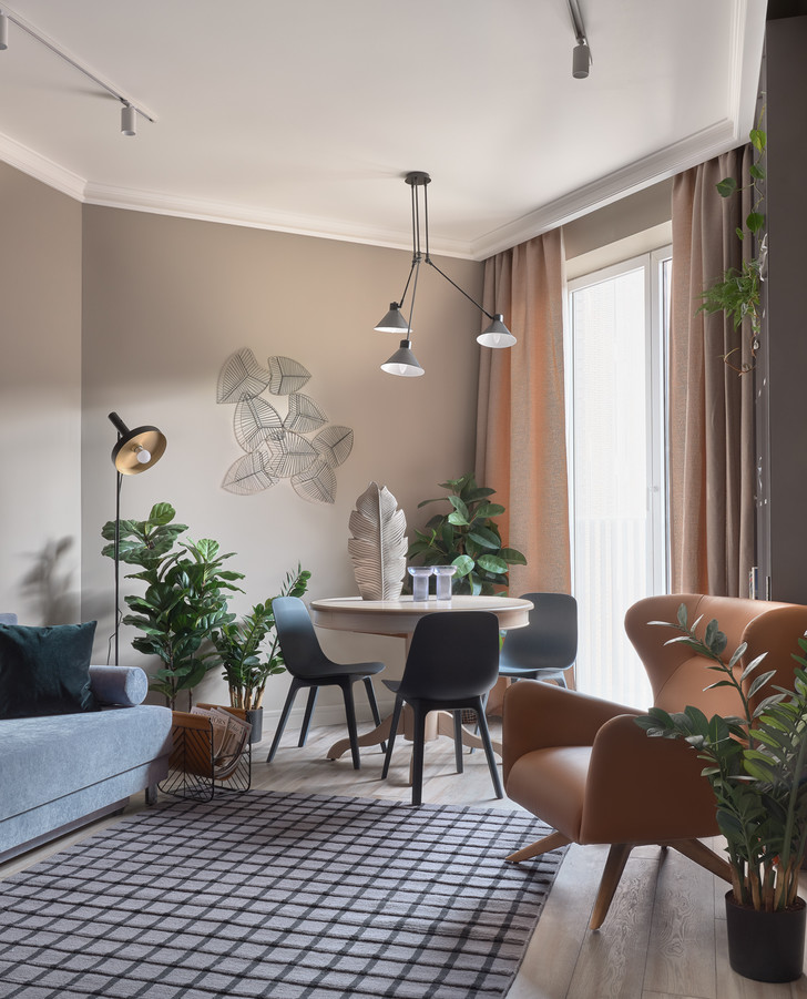 Обеденный стол— собственность заказчика. Стулья, ИКЕА. Над столом— люстра, La Redoute. Торшер, Faro. На стене— панно, Dantone Home.