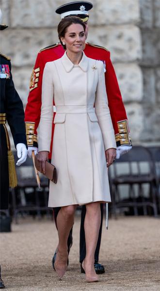 Фото №5 - Герцогиня Кейт впервые приняла военный парад