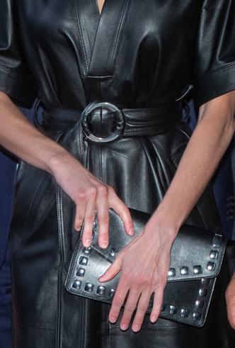 Фото №6 - 10 стильных кожаных платьев, как у королевы Летиции