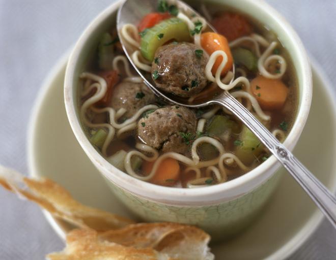 Суп с фрикадельками и вермишелью можно готовить на овощных и мясных бульонах