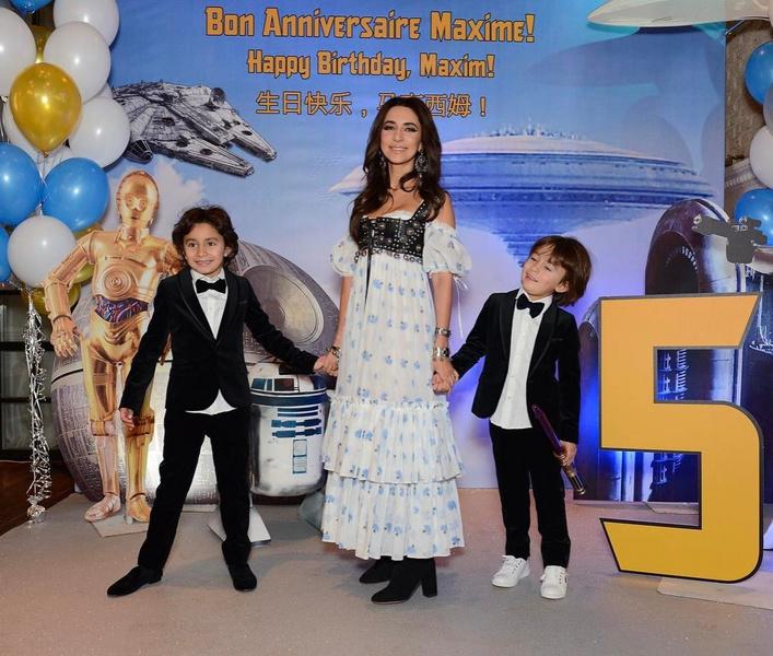 Фото №1 - Зара о своей жизни на сцене и дома: «Для своих детей я принцесса. Мои мальчики ухаживают за мной — открывают мне двери, целуют руку»