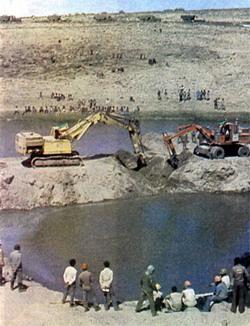 Полным ходом идет строительство ГЭС в Мелка-Вакане. В Гамбеле трудится экспедиция советских топографов.