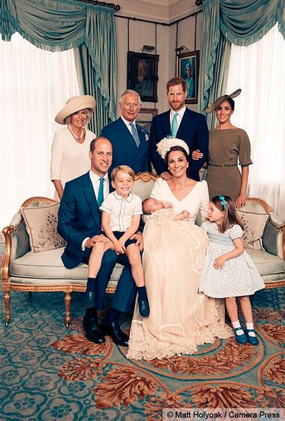Фото №2 - Просто «ах!»: малыши Кембриджи, Кейт, Меган и остальные в официальной фотосессии с крестин
