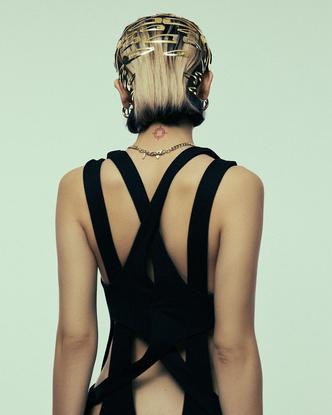 Фото №2 - Как сделать модную прическу с заколками: осенний супертренд от Дины Саевой