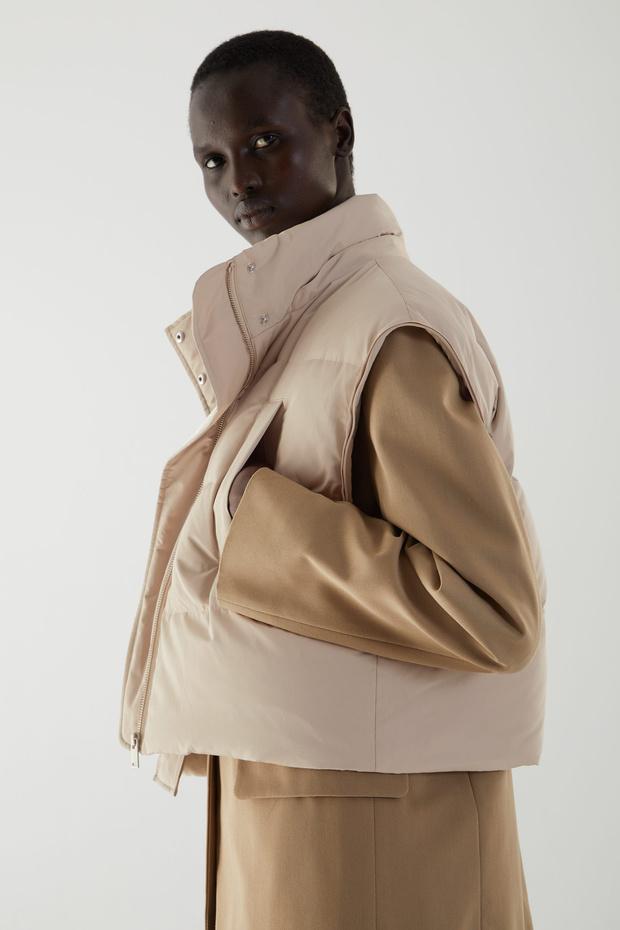 Фото №3 - White fall: гибридный пуховик Cos, который заменит три вида верхней одежды