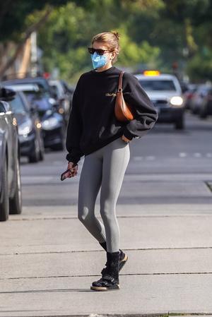 Фото №1 - Как носить спортивные вещи в городе? Учимся у Кайи Гербер