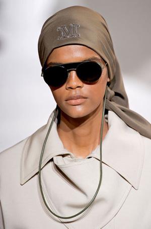 Фото №9 - Стильный прием: 10 цепочек, которые сделают ваши очки еще моднее