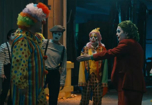 Фото №1 - Клоуны устроили массовую драку в сатирическом ролике, посвященном фильмам «Джокер» и «Оно» (видео)