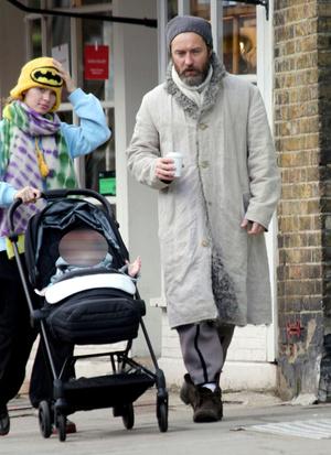 Фото №2 - Семейные узы: Джуд Лоу на прогулке с дочерью-моделью Айрис